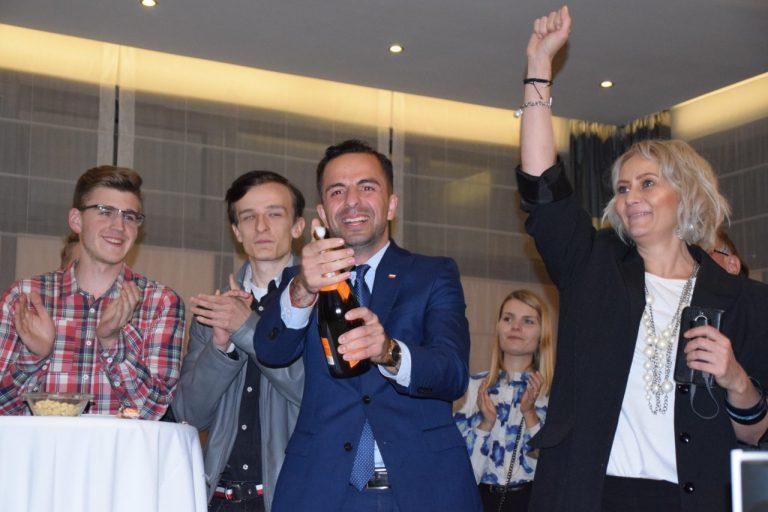 W sztabie wyborczym Lewicy euforia i szampan. Wracają do Sejmu