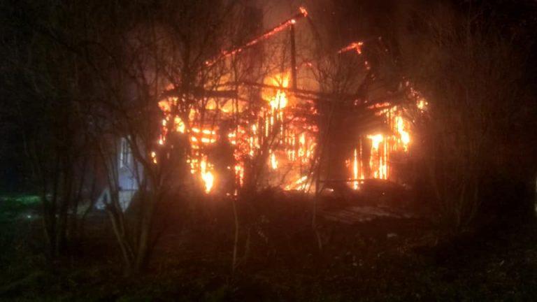 Pogorzany: z ogniem walczyło około 40 strażaków. Dom spłonął doszczętnie