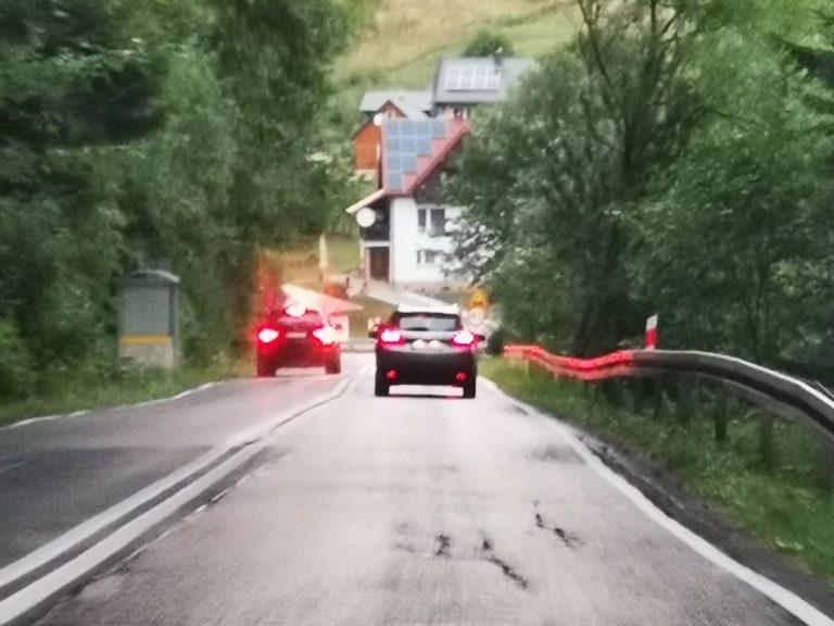 Wleczesz się na drodze, a za Tobą jedzie sznur samochodów? Dostaniesz mandat