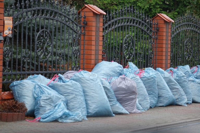Chełmiec: kryzys śmieciowy. Worki z odpadami zalegają pod domami, a punkt zbiórki odpadów jest nieczynny