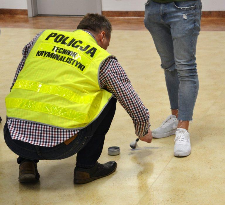 """Sądecka młodzież poznała tajniki zawodu policjanta podczas """"Jesiennych Dni Otwartych"""" w KMP"""