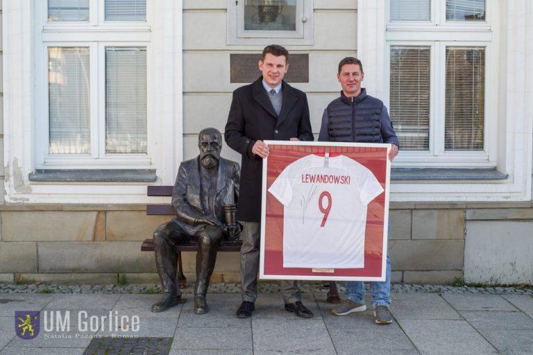 Burmistrz Gorlic przekazał zwycięzcy licytacji koszulkę Lewandowskiego