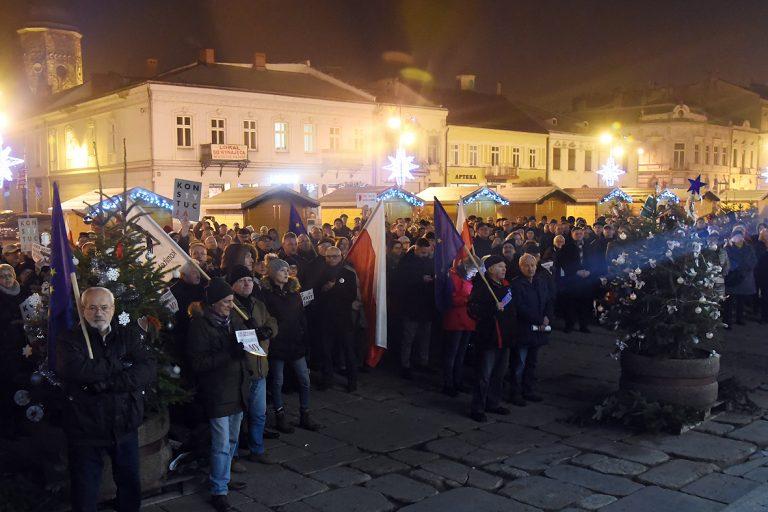 """Ponad dwieście osób demonstrowało na sądeckim Rynku przeciw """"ustawie kagańcowej"""""""