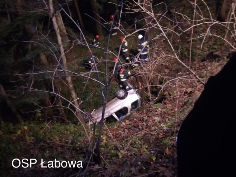 KOTÓW: auto wypadło z drogi i wylądowało w głębokim jarze