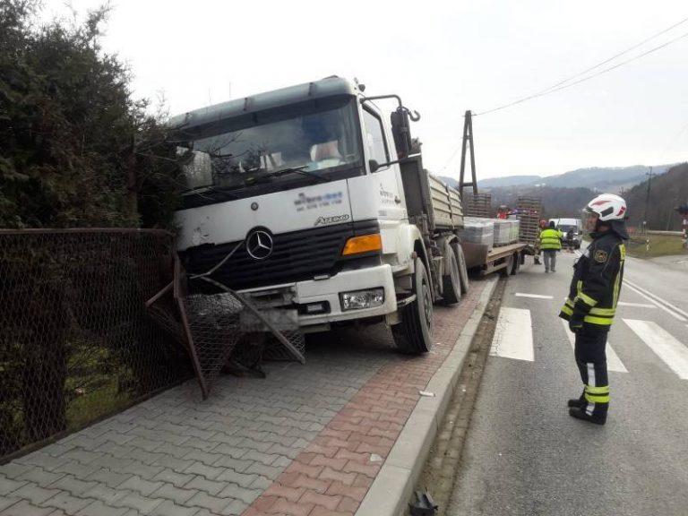 Barcice: ciężarówka wjechała na chodnik i uderzyła w ogrodzenie