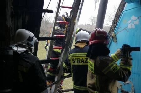 Rogi: strażacy rozbierali dach, aby ugasić pożar