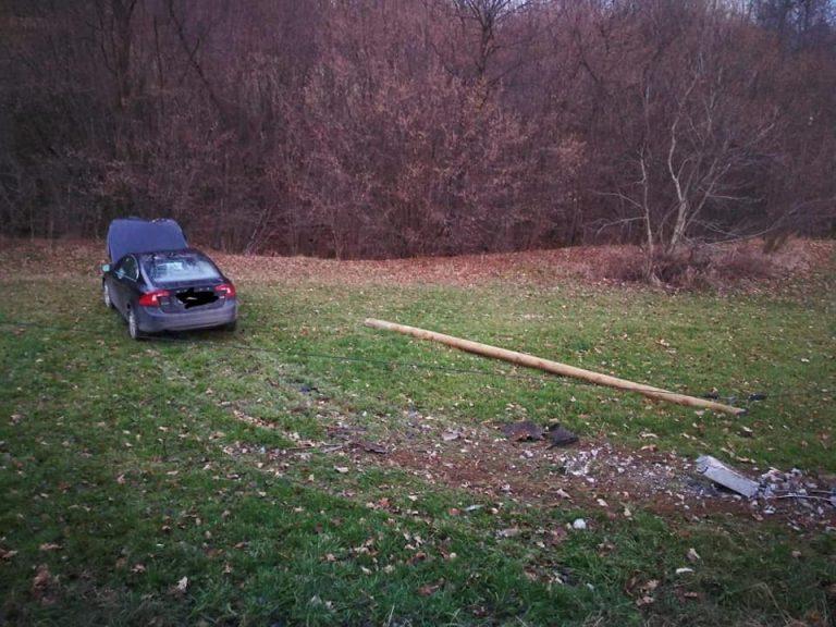 Z ostatniej chwili: samochód wypadł z drogi i uderzył w słup