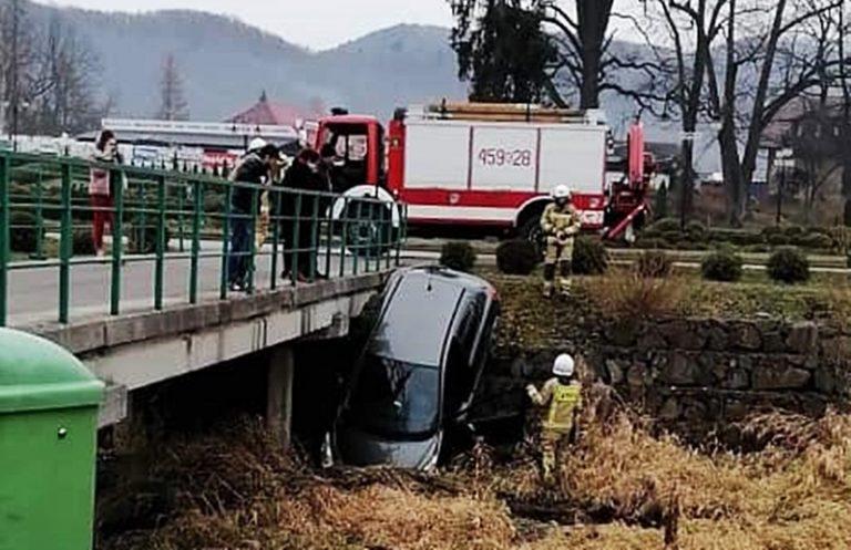 Kierowca samochodu stracił panowanie nad Peugeotem i wjechał do rzeki