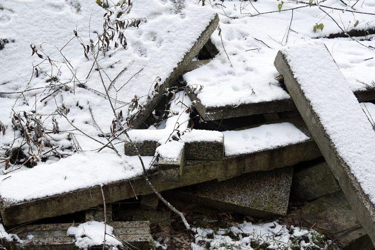 Kunów: potok pełen nagrobków