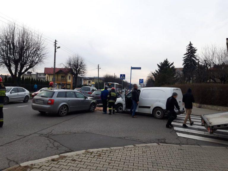 Nowy Sącz: zderzenie trzech pojazdów na skrzyżowaniu Lwowskiej i Broniewskiego