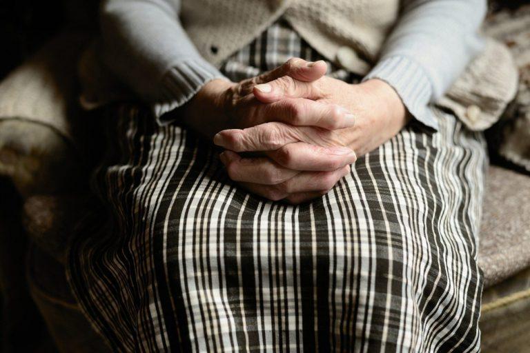 Oszust podawał się za pracownika ZUS. Chciał się spotkać ze staruszką w jej domu