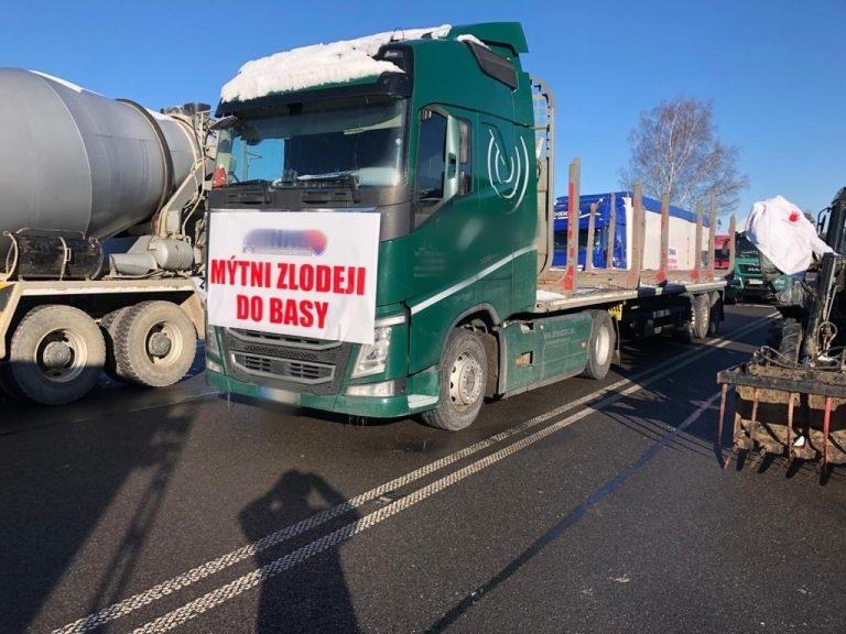 Uwaga! Droga krajowa nr 7 na Słowacji zablokowana. W poprzek jezdni stoją samochody ciężarowe