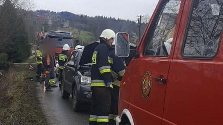 Łęka: zderzenie dwóch osobówek na drodze powiatowej obok szkoły