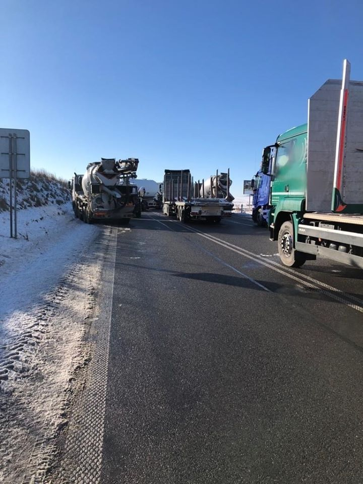 Droga zablokowana przez ciężarówki