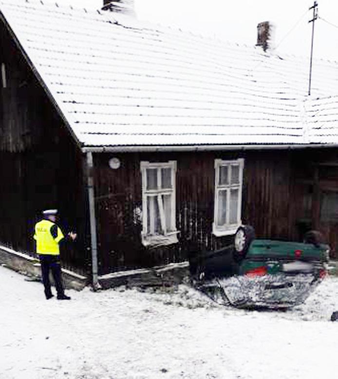 Nowy Sącz, ul. Lwowska: samochód uderzył w ścianę domu. Uważajcie na oblodzone drogi!