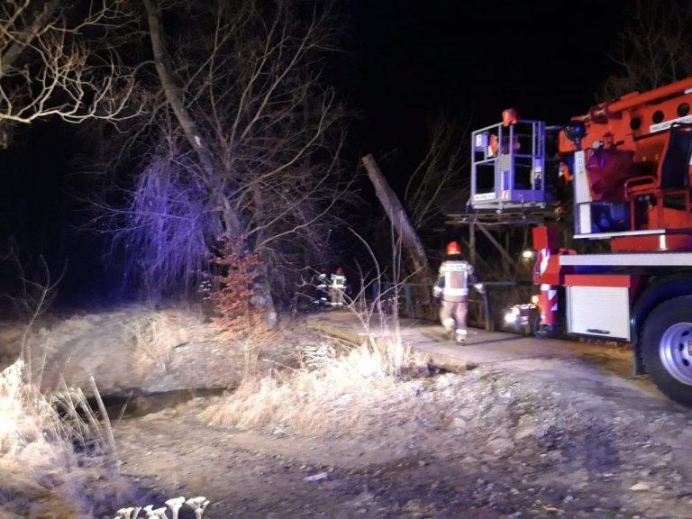 Korzenna: strażacki samochód z podnośnikiem w akcji. Płonęło drzewo