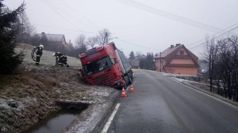 Mochnaczka; ciężarówka w rowie