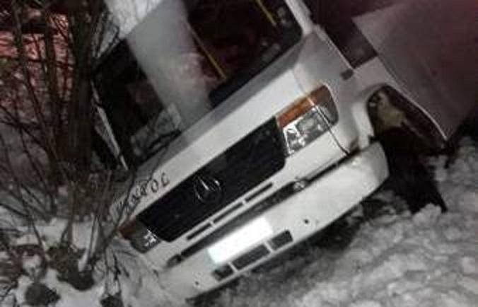 Mogilno: Kursowy bus wypadł z drogi. Wkrótce gołoledź pokonała też strażaków