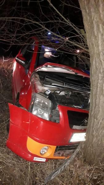 Rożnów: osobówka uderzyła w drzewo. Poszkodowanym pomógł lekarz, który przejeżdżał obok miejsca wypadku