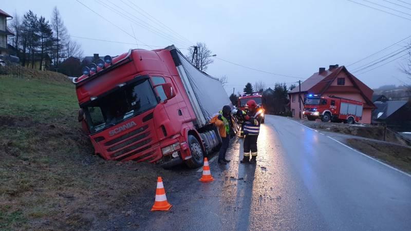 wypadek Mochnaczka, ciężarówka w rowie