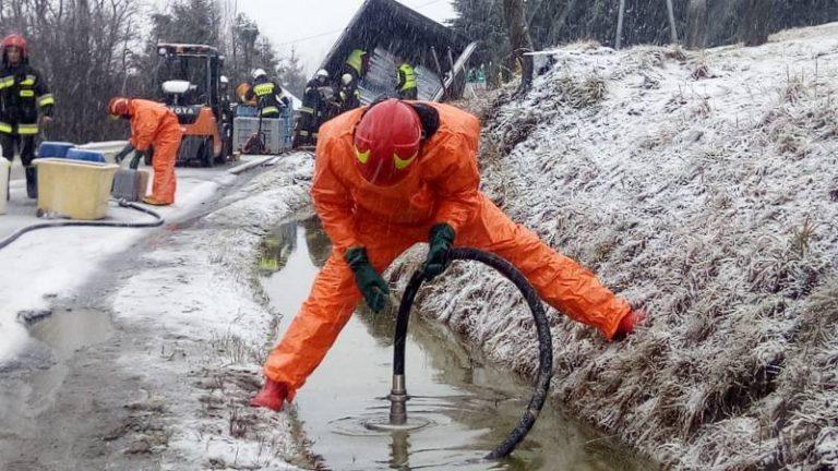 Mochnaczka Wyżna: rowem płynął olej napędowy. W akcji strażacka grupa chemiczno-ekologiczna