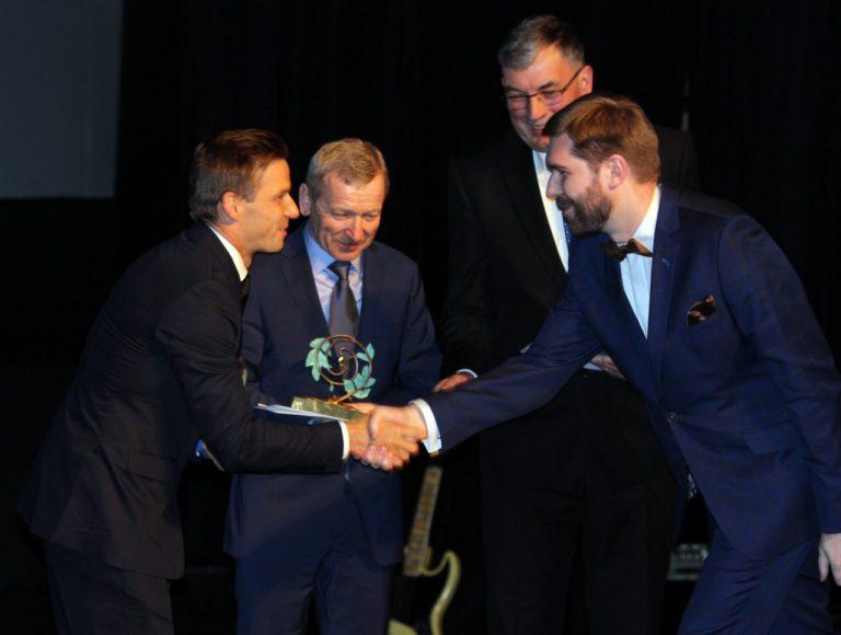 Jubileuszowa XX gala Ziarnka Gorczycy: 15 tysięcy za obraz Ryszarda Miłka. Czterech dobrych ludzi nagrodzonych statuetką