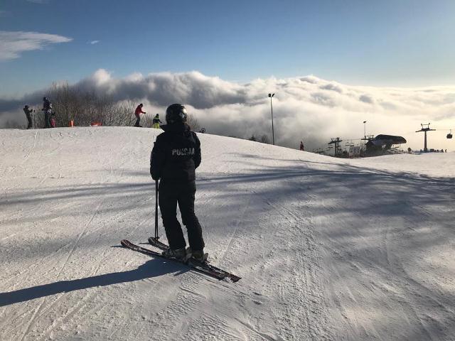 Lubisz wypić grzańca na narciarskim stoku? Pij z umiarem! Jeśli przesadzisz, możesz słono zapłacić [FILM]