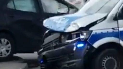 Zderzenie radiowozu i osobówki: ze wstępnych ustaleń wynika, że zawinił policjant