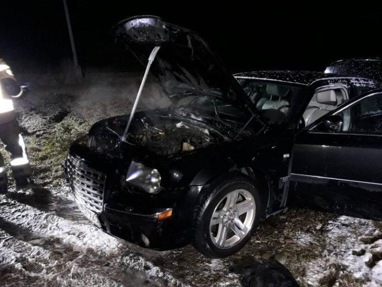 Chrysler stanął w ogniu. Zapalił się silnik