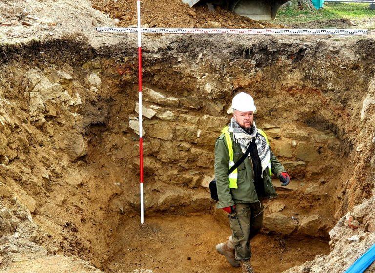 Nowy Sącz: W leju po wybuchu z 1945 odkryto pierwszy mur zamku [ZDJĘCIA]