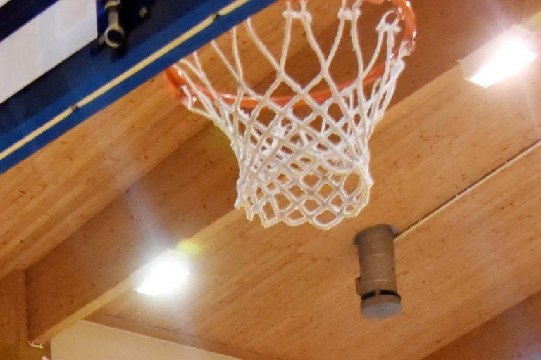 Puste boiska do koszykówki