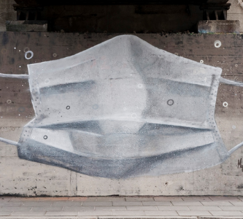 Mgr Mors, mural z maseczką