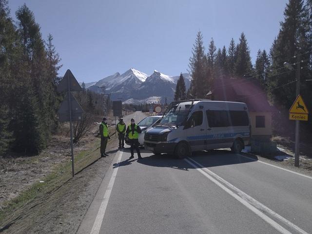 Sądeccy pogranicznicy i policjanci strzegą przejścia granicznego