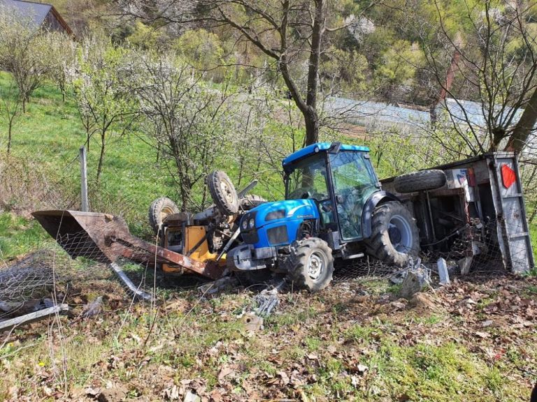 Sechna: Prowadzili ciągniki rolnicze połączone w niedozwolony sposób. Jeden z pojazdów przygniótł mężczyznę