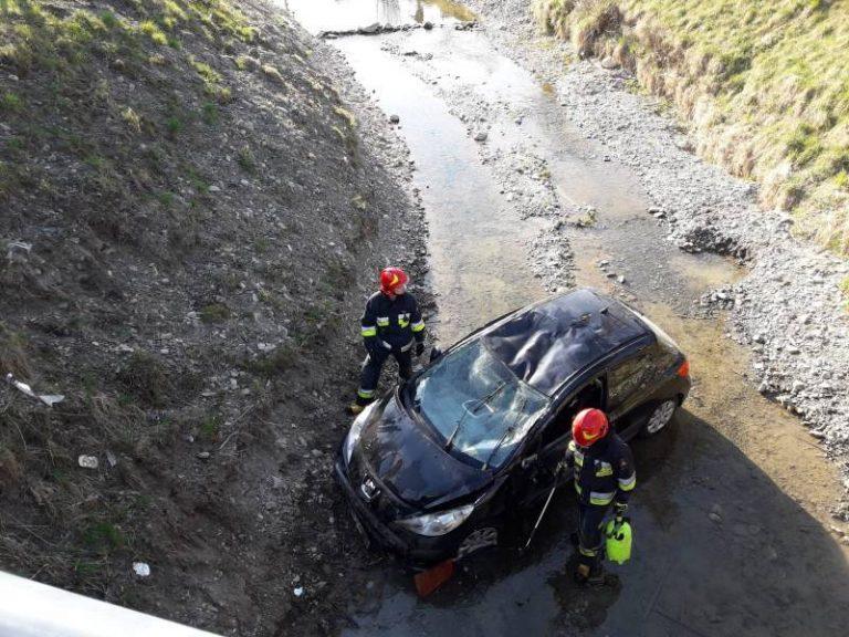 Gostwica: samochód wpadł do potoku i dachował