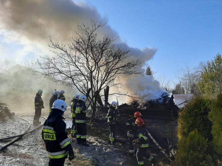 Żeleźnikowa Wielka: płonął budynek gospodarczy. Dwie osoby zostały poparzone