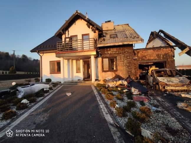 Siołkowa: w nocy ogień zniszczył część domu i trzy samochody