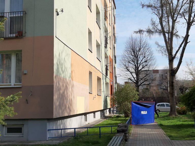 Nowy Sącz, ul. Kołłątaja: z okna czteropiętrowego bloku wypadł mężczyzna