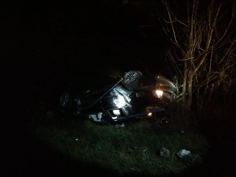 Z ostatniej chwili: samochód wypadł z drogi i dachował. Trwają działania w Korzennej