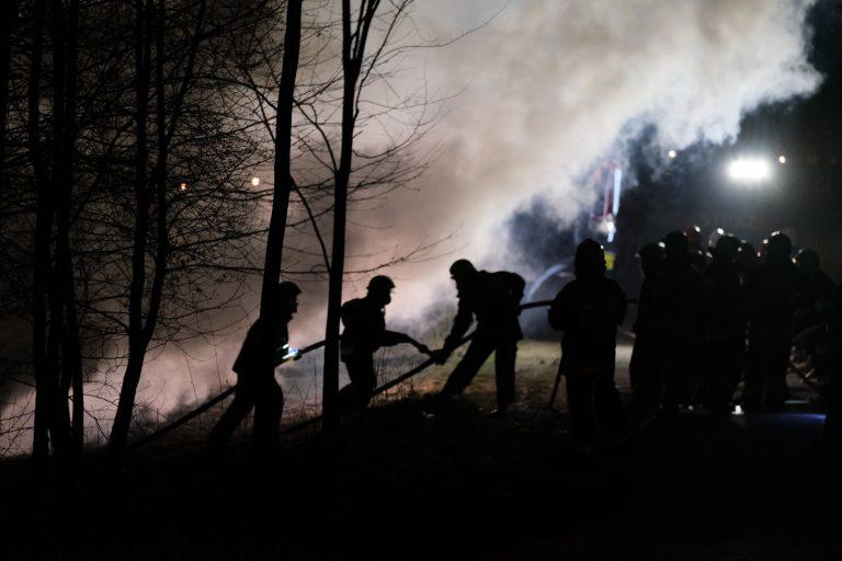 Korzenna: w nocy ognień strawił stodołę. Z pożarem walczyło 49 strażaków