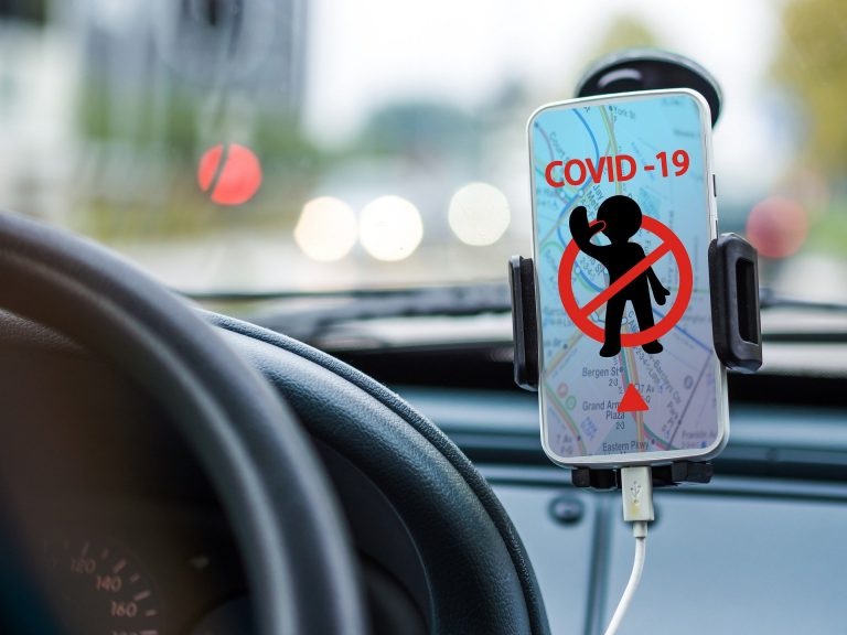 Za niedopełnienie obowiązku zasłaniania ust i nosa będą kary. UWAGA! Nakaz obowiązuje często również w samochodzie!