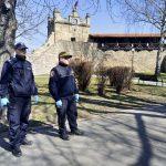 Nowy Sącz, Krynica: Policjanci i strażnicy miejscy pilnują aby ludzie zachowali dystans…