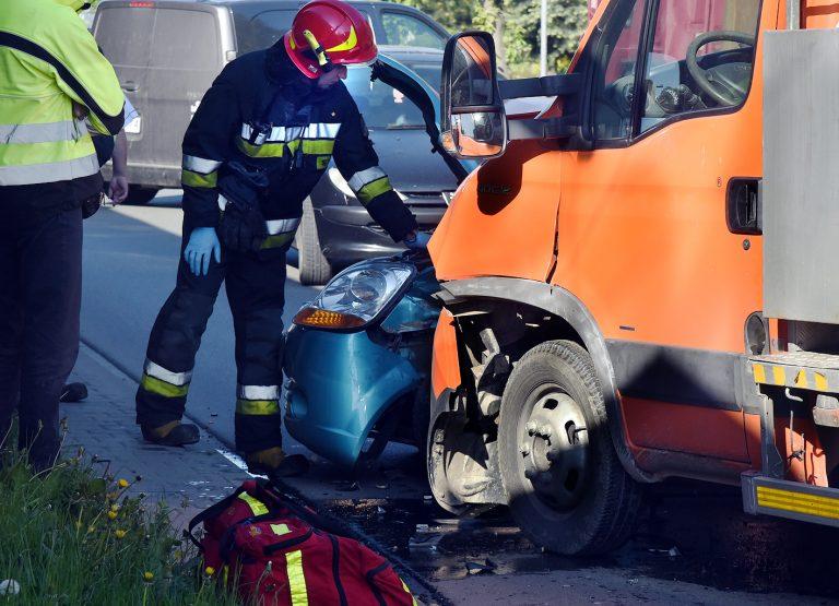 Nowy Sącz: zderzenie Daewoo i ciężarówki. Policjant – rowerzysta uwolnił uwięzioną w aucie kobietę