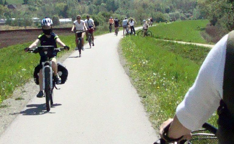 Tłumy na ścieżkach rowerowych. O wypadek niestety nietrudno