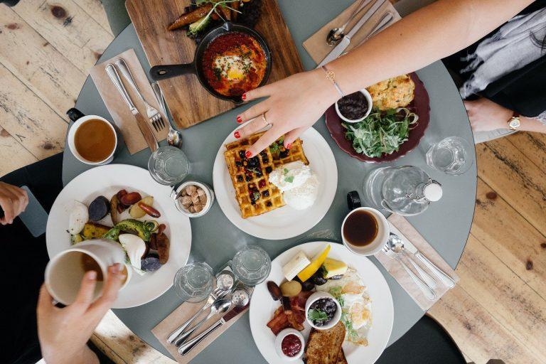 """Nowy Sącz: możesz już zjeść i napić się w """"odmrożonych"""" lokalach gastronomicznych. Sprawdź kto czeka na klientów!"""