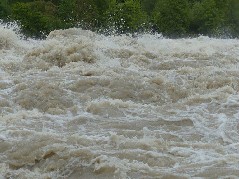 Idzie deszcz. Możliwy znaczny wzrost poziomu wody w rzekach