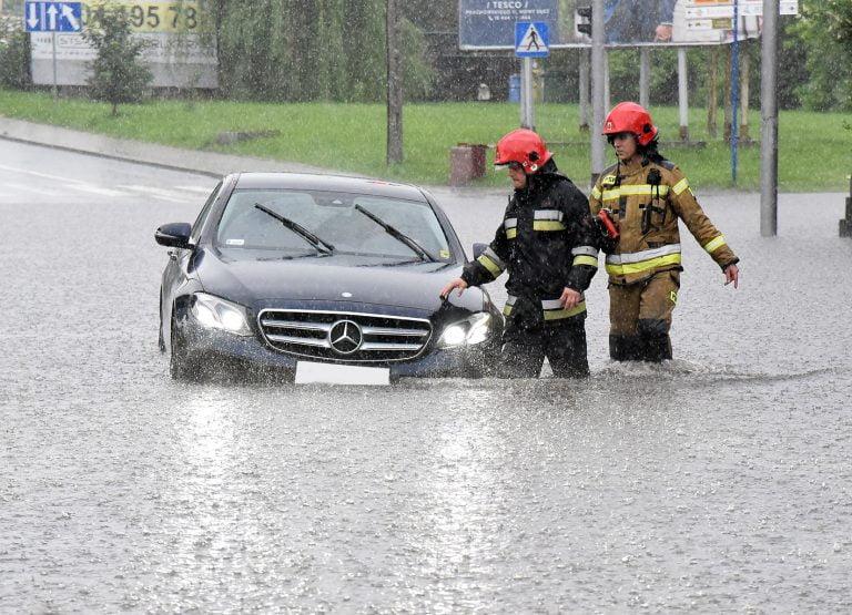 Nowy Sącz/Sądecczyzna: zalane domy, drogi, posesje. Wystarczyła godzinna ulewa [ZDJĘCIA]