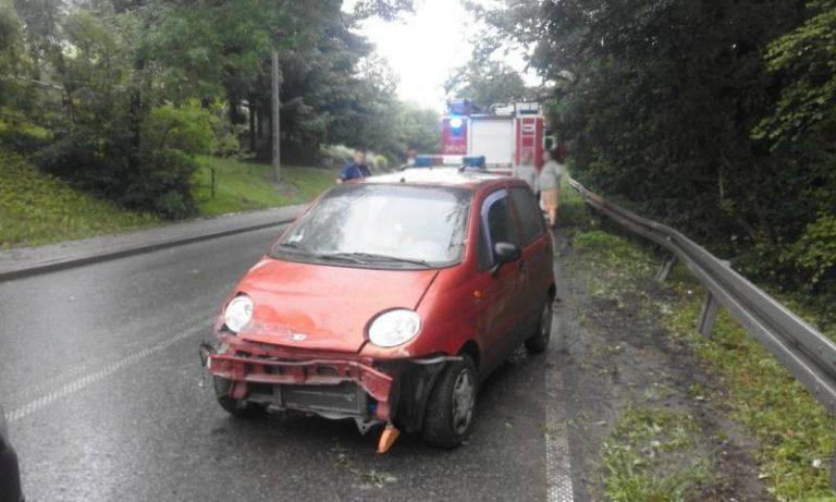 Librantowa: osobówka wypadła z jezdni i uderzyła w barierę