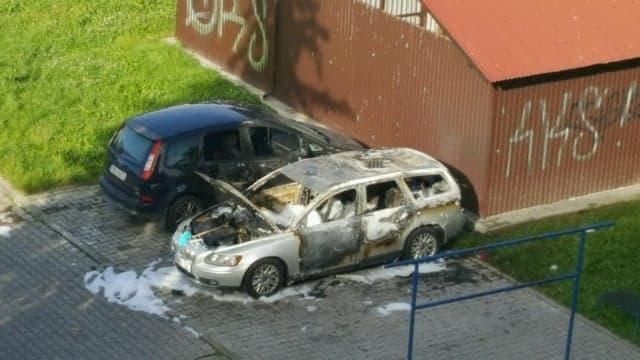 Nowy Sącz, Sucharskiego: w nocy na parkingu osiedlowym spłonęły dwa samochody