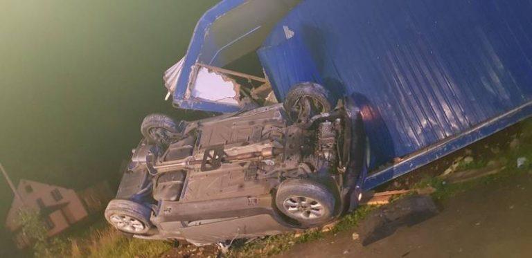 Nowa Wieś: samochód wypadł z drogi i zatrzymał się na kontenerze